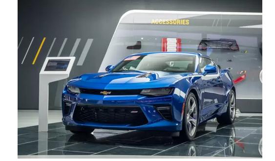 """""""大黄蜂""""战队大秀肌肉的背后,突显的是雪佛兰的赛车精神与技术实力。作为由赛车手创立的百年品牌,无论是在NASCAR比赛中竞速,还是在勒芒比赛中考验耐力可靠性,亦或是在世界房车锦标赛中展现量产车的实力,雪佛兰都是个中翘楚。尤其是全美最受欢迎的NASCAR赛事(National Association for Stock Car Auto Racing全国运动汽车竞赛),雪佛兰曾获得过39次年度厂商总冠军和30次年度车手总冠军,并曾经创纪录的连续13年赢得NASCAR赛事中最重要的奖杯"""